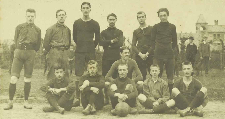 H.F.C.Haarlem. Elftal haarlem II, seizoen 1907-1908. W. Moggenstorm, W.F. van der Lee, J. Lijnkamp, F. Veen, P. Jacobi, R. Serné, P. Leslie Miller, J. Verwey, E. Jacobi, Jur Haak en N. Blankevoort